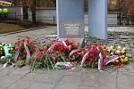 Slavnostní pietní akt u památníku u sokolovského hřbitova.
