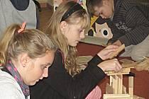 Děti si prohlédly výstavu starých hraček a pak se pustily do stavění z dřevěných kostek.
