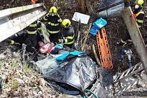 Řidička sjela ze srázu do potoka a zůstala zaklíněná v autě.