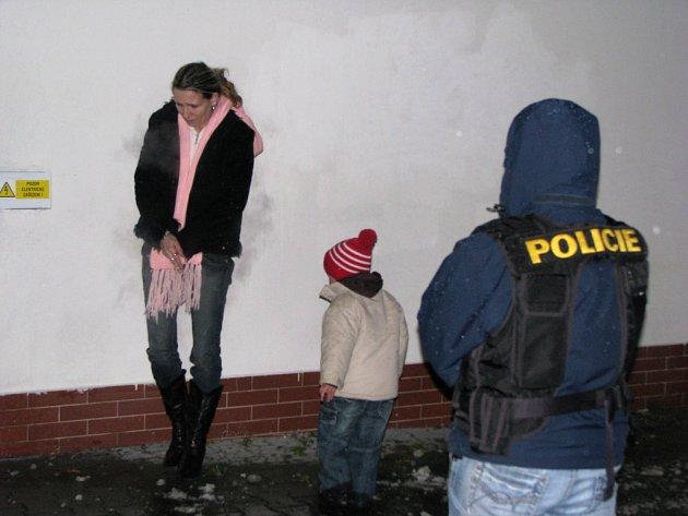 Zátah na drogy: Zatčení jedné z podezřelých v Kraslicích.
