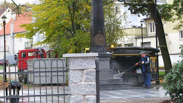 PARK v Chodově dostal novou podobu. Ze dvou stran ho svírá ozdobný plot a uvnitř vede síť kamenných cestiček.