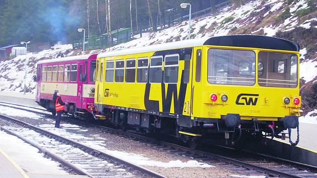 S MODERNÍMI Regiosprintery na české straně je zatím kvůli nedohodě přepravců konec. Na snímku připravují náhradní vlak železničáři v hlavní vlakové stanici v Kraslicích.