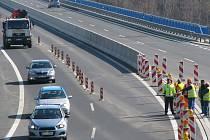 PŘI ZPROVOZŇOVÁNÍ rychlostní silnice R6 u Sokolova včera asistovala také policie.