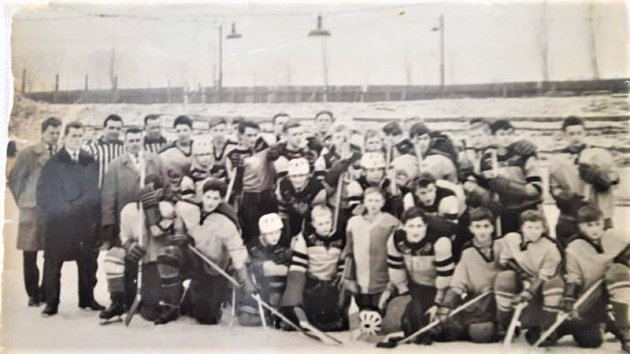 Vzácná fotografie. Erich Kühnhackl (vzadu uprostřed) na otevřeném zimním stadionu vSokolově. Společná fotka školního výběru a hostů zKlingenthalu