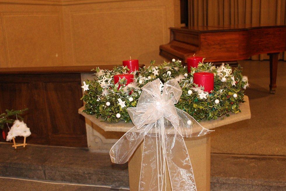 Až do konce prosince se můžete v klášterním kostele inspirovat vánočními stromky, které ozdobily sokolovské mateřinky, základní a střední školy, DDM, městská knihovna, zuška či Sokolík.