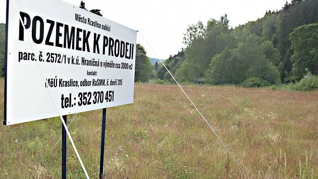 POZEMKY K PRONÁJMU. Cedule na některých pozemcích už může město sundat, neboť ve čtvrtek odsouhlasilo prodej parcel hned třem firmám.