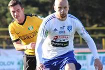 Fotbalista FK Baník Sokolov Marek Strada (vlevo).