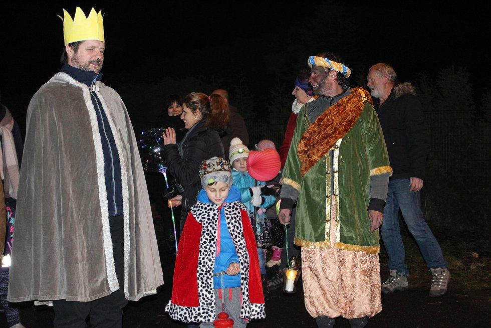 Průvod v čele se třemi králi došel až do kaple sv. Tří králů na Hartenbergu, kde farář Petr Bauchner sloužil tříkrálovou mši.