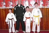 Karatisté Okinawi v Ústí and Labem. Zleva: Terezka Jůnová, trenér Jiří Jirásek, Adam Peter a Aneta Peterová
