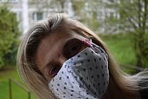 Sponka na roušce upozorňuje na alergika.