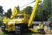 Jedním z nepřehlédnutelných exponátů je buldozer DET 250.