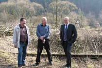 Hejtman Karlovarského Josef Novotný (vpravo) si osobně prohlédl stav železniční trati v Horním Slavkově a Krásném Jezu.