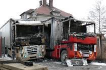 V Chodově zhořely dva kamiony.