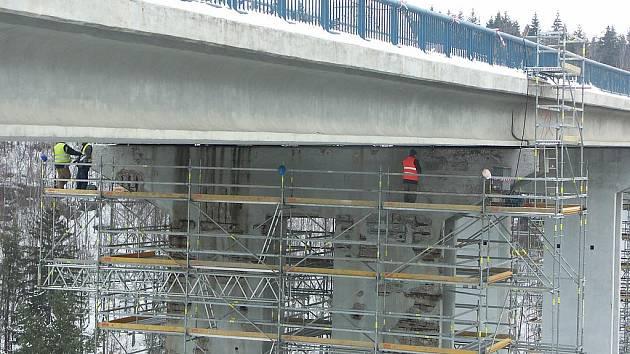 STAVBAŘI už opravují most přes řeku Ohři. Uzavřený je zatím pouze jeden jízdní pruh. Zřejmě od dubna bude ale most zcela neprůjezdný.