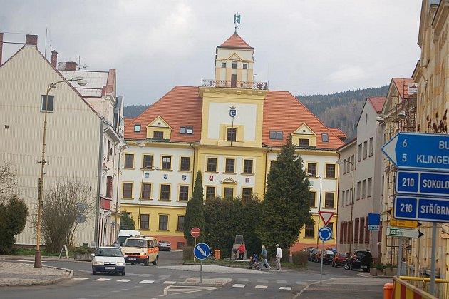 JAKÝ BUDE OSUD NÁMĚSTÍ? Kraslice čekají, zda budou úspěšné při získání dotace z fondů EU na rekonstrukci náměstí 28. října. Přibyla by například parkovací místa a náměstí by dostalo novou podobu.