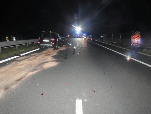 Senior vjel na dálnici do protisměru, skončilo to nehodou řidiče a motorkáře.