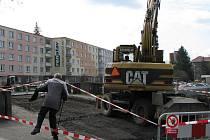 ZÁKAZ VSTUPU! Někteří lidé nechtějí chodit oklikou, a tak míří skrz stavbu. Neodradí je od toho ani natažené pásky.