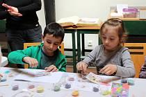 Sypání mandal a xylografický tisk si v loketské knihovně vyzkoušeli během odpoledního workshopu nejen dospělí, ale i děti.