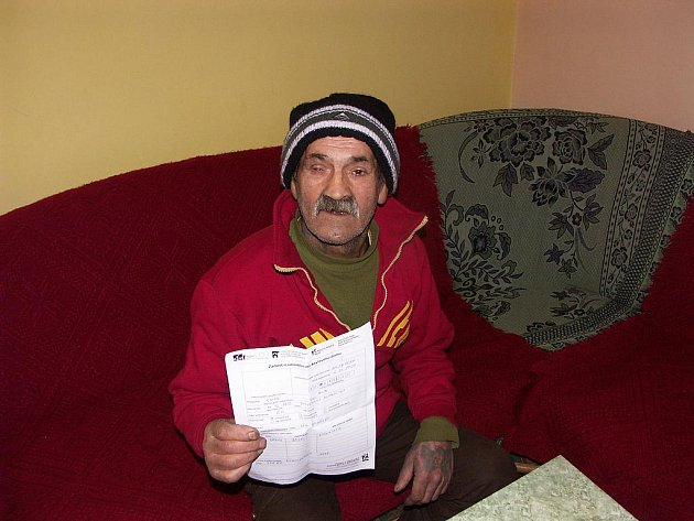 ALIN SIVÁK ukazuje přihlášku do azylového domu. Nyní spí venku a prosí občany o nepotřebné prošívané deky a boty.