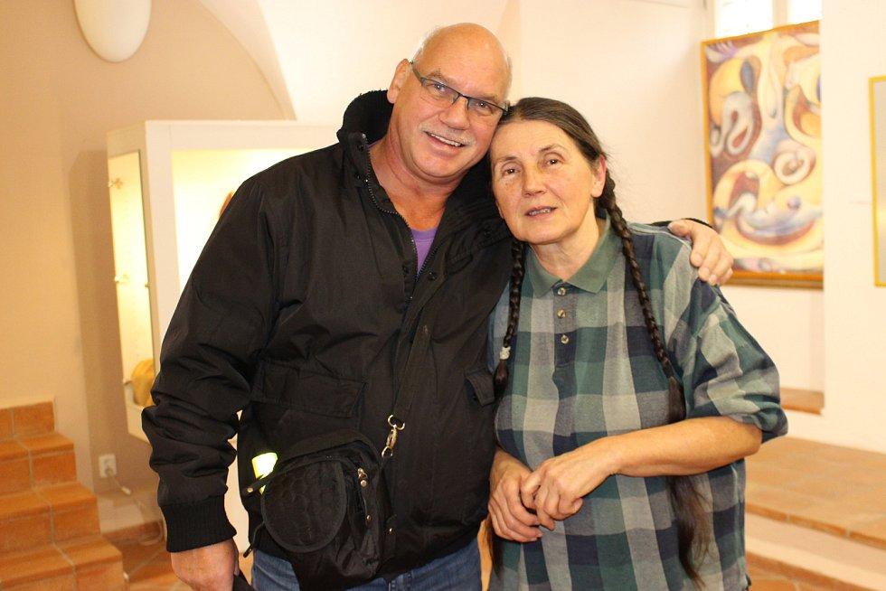 Drahomíra Němcová Jandová s jedním z návštěvníků.