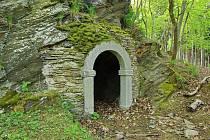Loupežnická stezka pod zříceninou hradu Hausberg je nově vybudovaná stezka v městských sadech, jejíž vznik je spojen s pověstí o místních loupežnících.