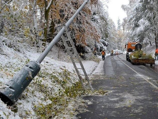 Na Sokolovsku operovala veškerá technika krajských silničářů a také téměř tři desítky jednotek hasičů, kteří likvidovali popadané stromy.