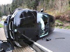 BMW skončilo v kontejneru, škoda je čtvrt milionu. Při druhé nehodě havaroval taktéž řidič BMW. Tam je škoda 80 tisíc korun.