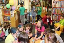 Během Noci s Andersenem děti v knihovnách soutěžily, sportovaly, vymýšlely příběhy, kuchtily, tvořily, parádily se, rozhodně se tedy nenudily.