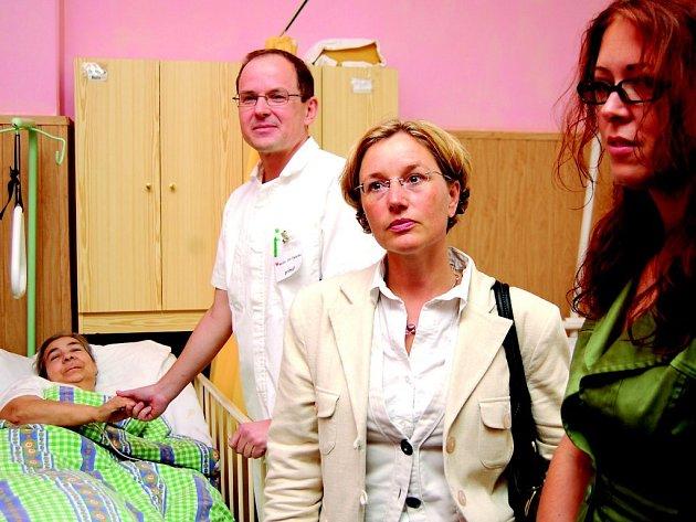 Německá poslankyně Elizabeth Scharfenbergová během návštěvy léčebny v Dolním Rychnově.