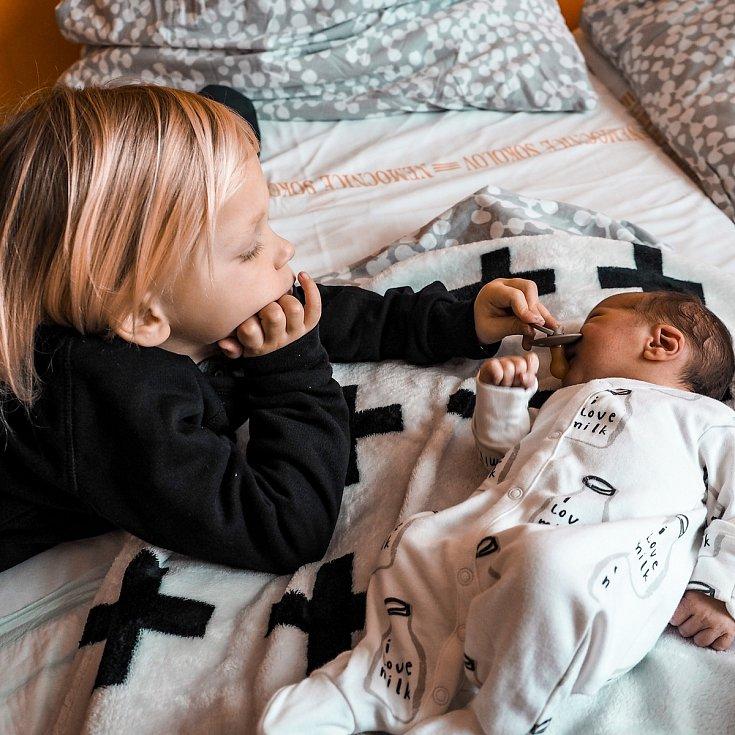 Malý Levi s bráškou.