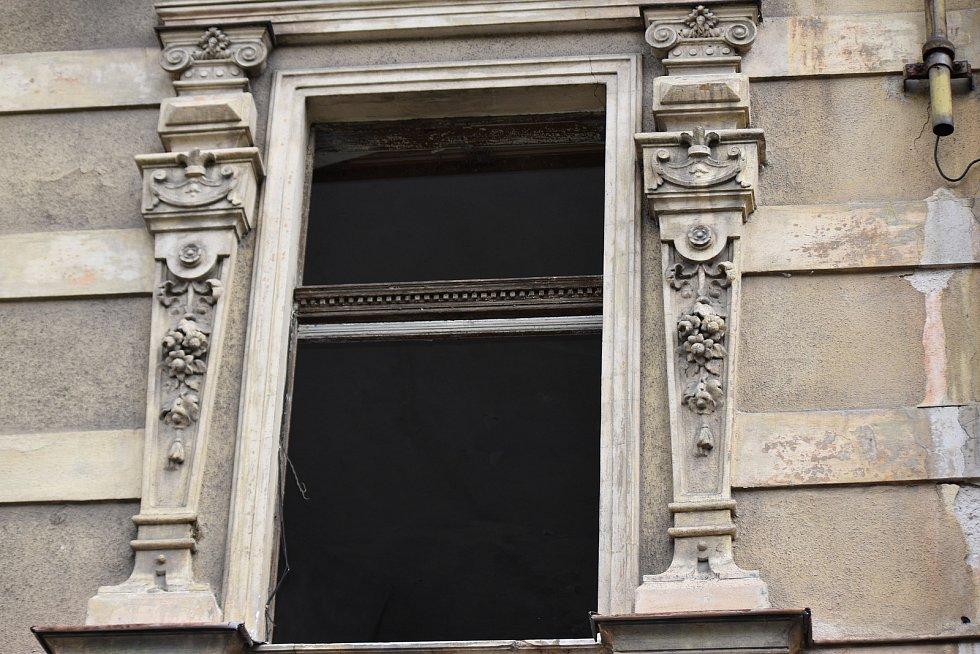 Lidem v Kraslicích hrozilo, že jim bude na hlavu padat sklo z hotelu.
