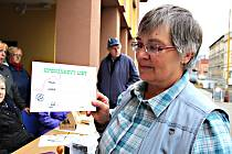 Vandr kolem Kraslic zdolalo v sobotu v chladných pěti stupních přes třicet turistů. Na snímku ukazuje upomínkový list organizátorka vandru Dana Záhejská.