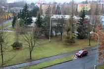 Je zelená plocha se stromy za sokolovskou dialýzou v ohrožení?