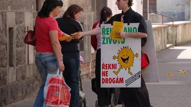 Scientologové se do Sokolova vrátili se svou protidrogovou kampaní v úterý odpoledne