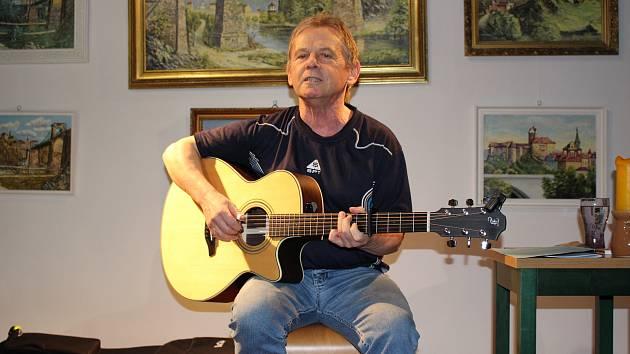 VOJTA KIĎÁK TOMÁŠKO letos oslavil životní jubileum. Dobrá zpráva je, že kytaru na hřebík zatím nepověsí.