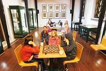 Zájemci přišli do knihovny poměřit síly ve stolní hře dáma.