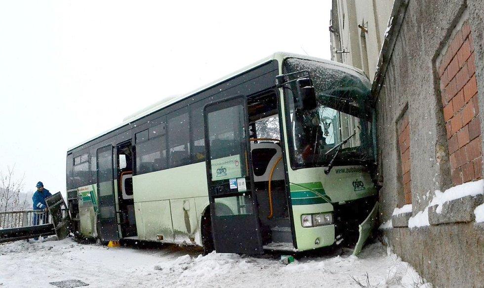 Nehoda autobusu v Lokti.