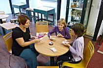 HERNÍ ODPOLEDNE. Kromě půjčování knížek si mohly děti i s dospěláky zahrát v knihovně různé stolní hry.