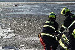 Nevstupujte na ledové plochy, varují hasiči.