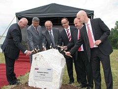 STAVBA odstartovala slavnostním poklepáním na základní kámen.