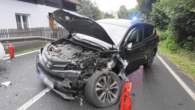 Smyk řidič nevyrovnal, čelně se pak srazil s projíždějícím autem.
