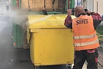 Technické služby zbavují kontejnery bakterií.