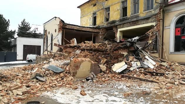 Část starého domu v Novém Sedle se zřítila.