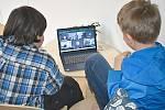Žáci, kteří zůstali ve škole, se mohou spojit se spolužáky on-line.