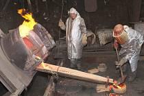 Ve Zvonařské dílně Tomášková – Dytrychová v Brodku u Přerova, kde se vyrábějí i dva nové zvony pro chodovský kostel, viděli Chodovští zvonaře při práci.