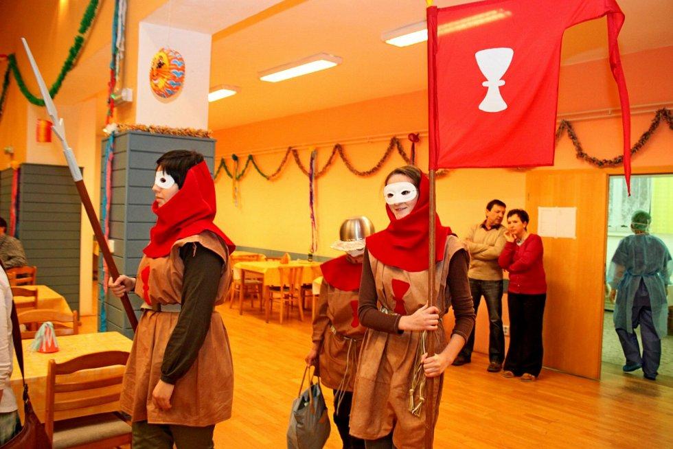 MAŠKARNÍ. Na parketu huštěnovického kulturního domu budou v sobotu tancovat lidé vnejrůznějším přestrojení.