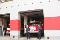 STARÁ plechová vrata konečně nahradila moderní technika. Teď by se dobrovolní hasiči ještě rádi dočkali novějšího auta.