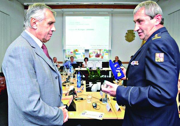 EXSTAROSTA Chodova obdržel pamětní medaili z rukou Václava Klemáka.
