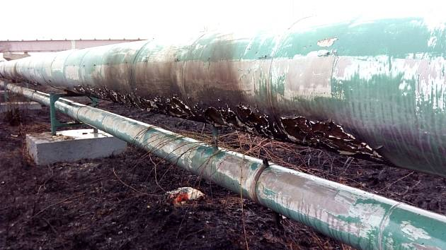 Hořící tráva poničila parovod v Sokolově.