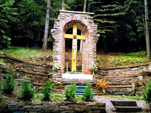 VANDALOVÉ ničí městské sady. Bez povšimnutí nenechají ani památky v jejich okolí. Například socha Krista (na snímku) má uražené ruce. Na dalších památkách jsou pak nápisy.